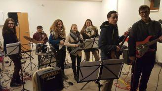 Die Schulband unter der Leitung von Thomas Brandstätter bei der Eröffnung des Weihnachtsmarktes in Fischamend heute, ein durchschlagender Erfolg, zog das Publikum in Scharen an und vertrieb die Kälte.