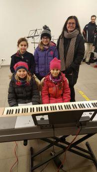 An den Tasten sorgten die vier jungen Damen mit ihrer Lehrerin Petra Weber-Einramhof für gute Stimmung.